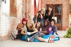 Adolescentes novos do punk que levantam para um tiro do grupo fotografia de stock royalty free