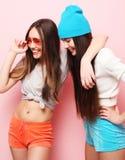 Adolescentes o amigos bonitos sonrientes felices que abrazan sobre rosa Fotografía de archivo