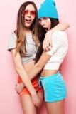 Adolescentes o amigos bonitos sonrientes felices que abrazan sobre rosa Fotos de archivo libres de regalías