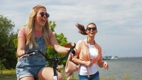 Adolescentes o amigos con la bicicleta en verano almacen de video