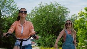 Adolescentes o amigos con la bicicleta en verano almacen de metraje de vídeo