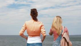 Adolescentes o amigos que caminan en la playa metrajes