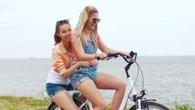 Adolescentes o amigos que montan la bicicleta en verano almacen de video