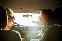 Adolescentes o mujeres felices en coche en la playa Fotos de archivo