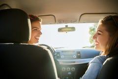 Adolescentes o mujeres felices en coche en la playa Fotografía de archivo