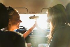 Adolescentes o mujeres felices que conducen en coche Fotografía de archivo libre de regalías