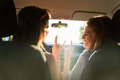 Adolescentes o mujeres felices que conducen en coche Imágenes de archivo libres de regalías