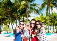 Adolescentes o mujeres jovenes que muestran los pulgares para arriba Fotografía de archivo libre de regalías