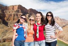 Adolescentes o mujeres jovenes sobre el Gran Cañón Imagenes de archivo