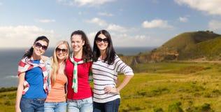 Adolescentes o mujeres jovenes sobre la costa de Big Sur Fotos de archivo