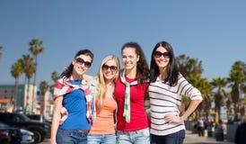 Adolescentes ou jeunes femmes au-dessus de plage de Venise Photo stock