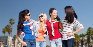Adolescentes ou jeunes femmes au-dessus de plage de Venise Photographie stock libre de droits