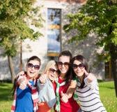 Adolescentes ou jeunes femmes montrant des pouces  Photos libres de droits
