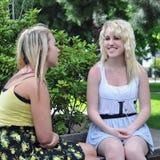 Adolescentes parlant dans l'avant Image libre de droits