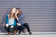 Adolescentes partageant le secret Images libres de droits