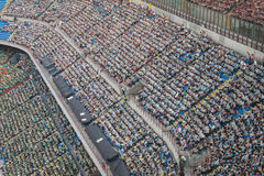 50 000 adolescentes participam em uma cerimônia religiosa no estádio de San Siro em Milão, Itália Fotos de Stock Royalty Free