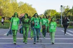 Adolescentes peintes avec la poudre verte Photographie stock