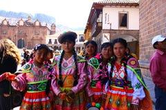 Adolescentes peruanos en la ropa tradicional Foto de archivo