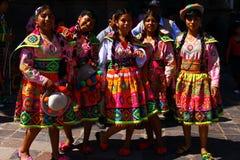 Adolescentes peruanos en la ropa tradicional Imágenes de archivo libres de regalías