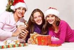 Adolescentes pila de discos los regalos de la Navidad Foto de archivo libre de regalías