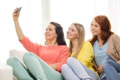 Adolescentes prenant le selfie avec le smartphone Photographie stock libre de droits