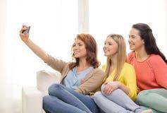 Adolescentes prenant le selfie avec le smartphone Images libres de droits