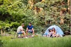 Adolescentes que acampan en aventura del verano del bosque Foto de archivo