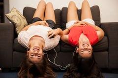 Adolescentes que actúan tontos Imagen de archivo libre de regalías