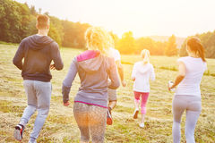 Adolescentes que activan en el parque Imagen de archivo libre de regalías