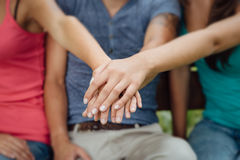 Adolescentes que apilan las manos Foto de archivo