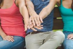 Adolescentes que apilan las manos Foto de archivo libre de regalías