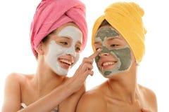 Adolescentes que aplican la crema facial Imágenes de archivo libres de regalías