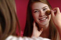 Adolescentes que aplican maquillaje Imágenes de archivo libres de regalías