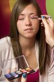Adolescentes que aplican maquillaje Imagen de archivo