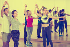 Adolescentes que bailan con el socio en sala de clase de la educación Imagen de archivo