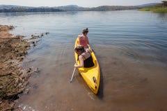 Adolescentes que baten la canoa Imágenes de archivo libres de regalías