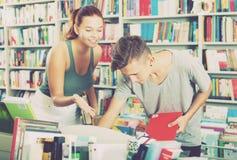 Adolescentes que buscan los nuevos libros Fotografía de archivo