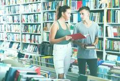 Adolescentes que buscan los nuevos libros Imagenes de archivo