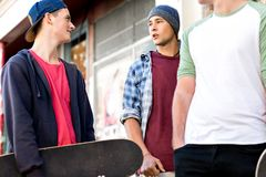Adolescentes que caminan abajo de la calle en día de verano Foto de archivo libre de regalías