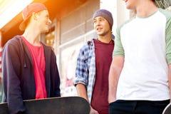 Adolescentes que caminan abajo de la calle en día de verano Imágenes de archivo libres de regalías