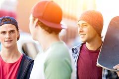 Adolescentes que caminan abajo de la calle en día de verano Fotos de archivo libres de regalías