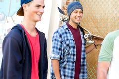 Adolescentes que caminan abajo de la calle en día de verano Fotografía de archivo libre de regalías