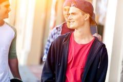Adolescentes que caminan abajo de la calle en día de verano Imagen de archivo libre de regalías