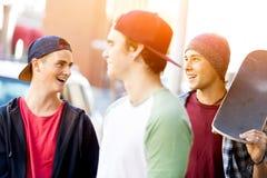 Adolescentes que caminan abajo de la calle en día de verano Imagen de archivo