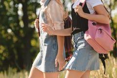 Adolescentes que caminan en parque Imagen de archivo libre de regalías