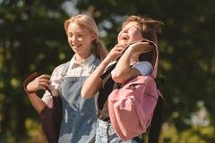 Adolescentes que caminan en parque Fotos de archivo libres de regalías