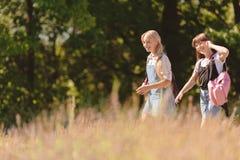 Adolescentes que caminan en parque Foto de archivo