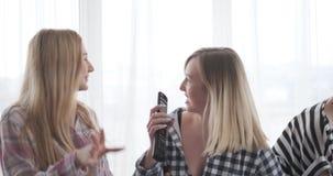 Adolescentes que cantan y que bailan en casa metrajes