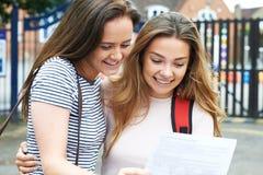 Adolescentes que celebran resultados del examen Foto de archivo libre de regalías