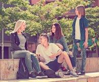 Adolescentes que charlan al aire libre en ciudad Foto de archivo libre de regalías